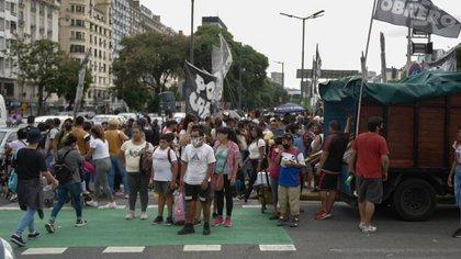 La protesta comenzó en el Obelisco: los piqueteros interrumpieron el Metrobus (Fotos: Adrián Escandar)