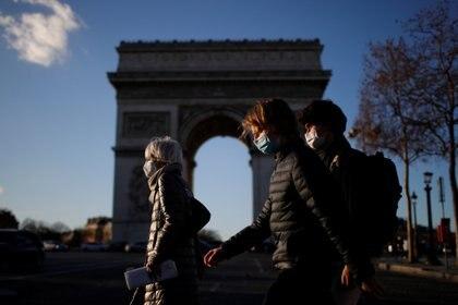 Se espera que en los próximos días Emmanuel Macron anuncie un nuevo confinamiento en Francia (REUTERS/Gonzalo Fuentes)