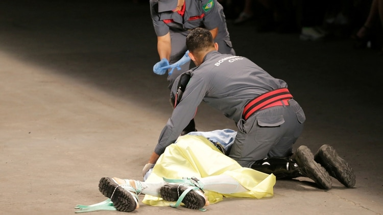 Tales Cotta es atendido por los paramédicos tras desplomarse en la pasarela