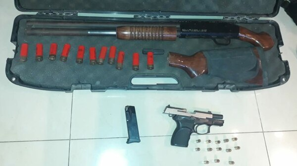 Armas y juguetes sexuales encontrados en el operativo.