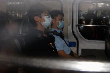 Tony Chung Hon-lam, ex coordinador del grupo independentista Studentlocalism, llega a los tribunales de magistrados de West Kowloon en una camioneta de la policía después de ser arrestado en virtud de la ley de seguridad nacional, en Hong Kong. REUTERS/Tyrone Siu