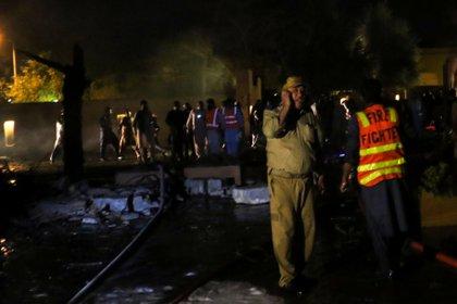 Equipos de rescate tratan de rescatar personas heridas