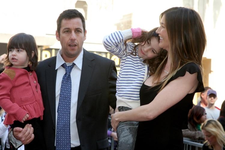 Adam Sandler con su mujer y sus hijas (Shutterstock)