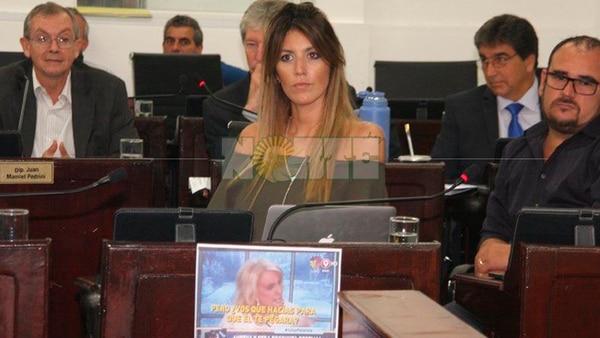 """La diputada García Amud anunció que no va a renunciar y se mostró confrontativa con una foto de Mirtha Legrand y la frase """"Pero, ¿vos qué hacías para que él te pegara?"""" en su banca (Foto: Diario Norte)"""
