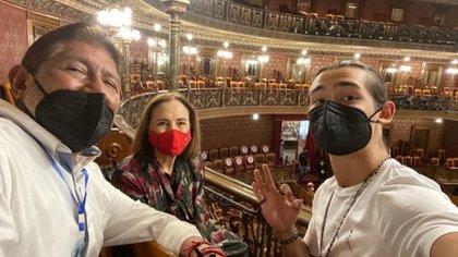 Juan Osorio y Emilio Osorio, quien lo cuida ante el padecimiento de coronavirus (Foto: Instagram @quelepasaamifamilia.mx)