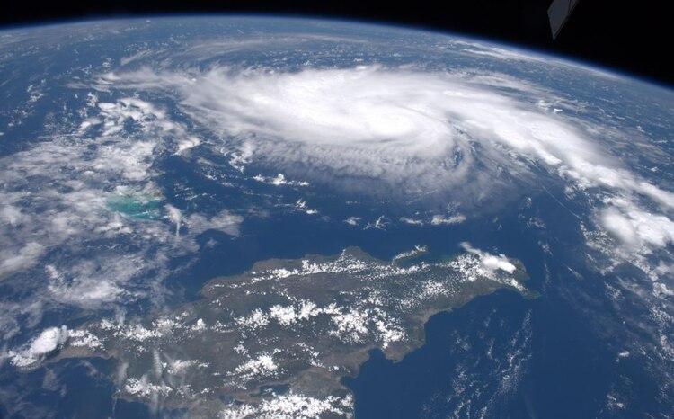 Dorian fue visto ayer desde la estación espacial sobre la Tierra y mientras se fortalece hacia las costas estadounidenses. (Foto: NASA)