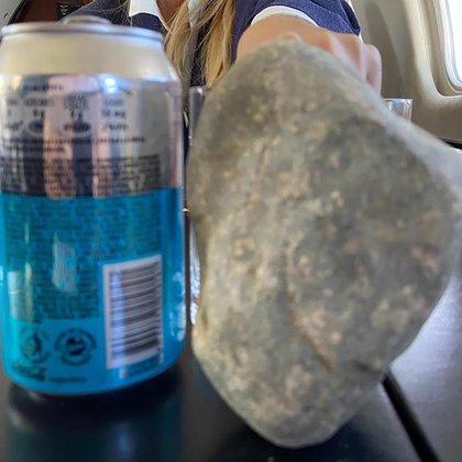 Una de las piedras que fue lanzada contra los vehículos de la comitiva presidencial en Chubut