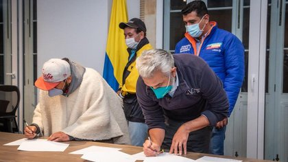 Gremio de volqueteros de Bogotá y Cundinamarca firman acuerdo para levantar el paro