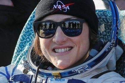 La astronauta de la NASA Christina Koch sonríe después de aterrizar en una cápsula espacial Soyuz MS-13 en Jezkazgan, Kazajistán el 6 de febrero, 2020. Sergei Ilnitsky/Pool via REUTERS