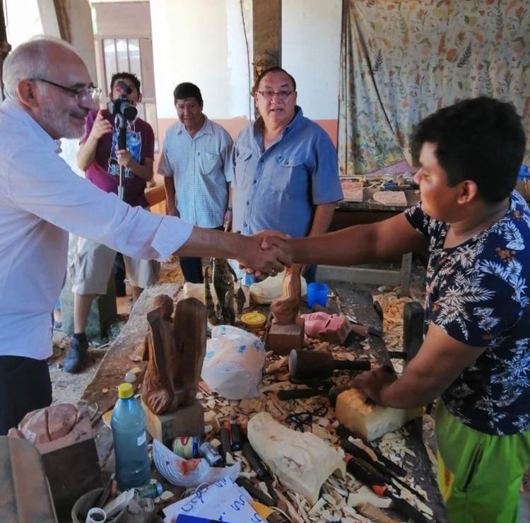 Carlos Mesa saluda a un emprendedor en Beni, Bolivia