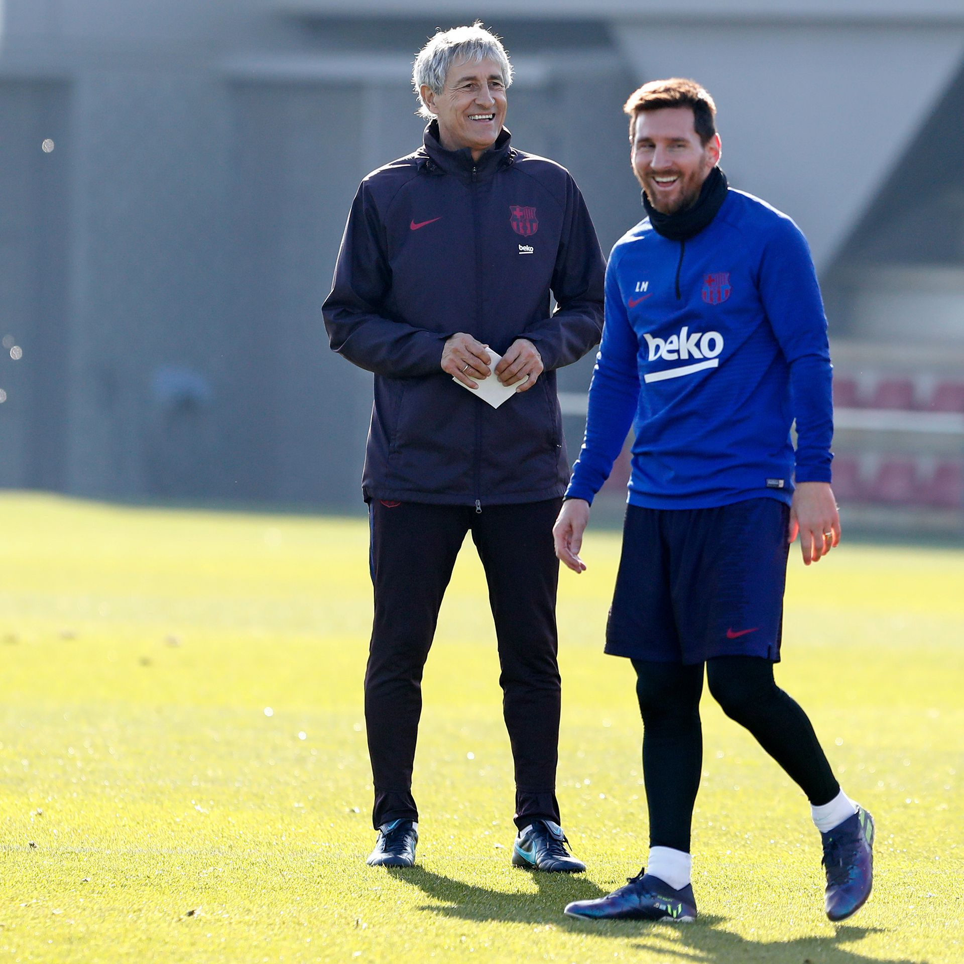 Lionel Messi y Quique Setién mantuvieron una charla en uno de los vestuarios de la Ciudad Deportiva (@FCBarcelona)