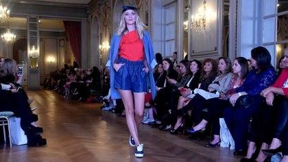 La diseñadora propuso conjuntos de jean con zapatillas para un look más urbano
