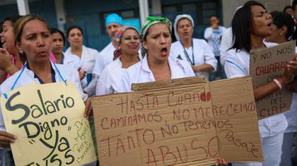 Trabajadores de la salud en las calles venezolanas (EFE)
