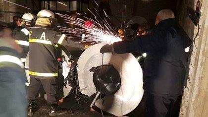 Apertura de una de las bobinas de acero en Bahía Blanca.