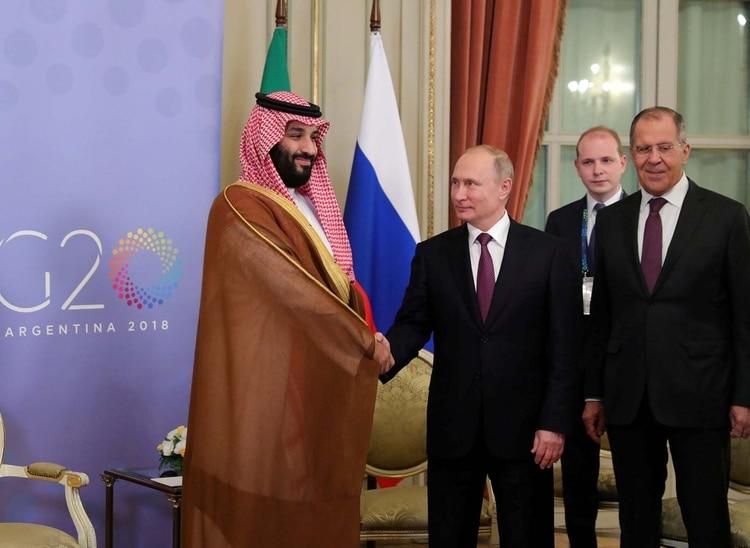 El presidente ruso, Vladimir Putin, y el príncipe y hombre fuerte de Arabia Saudita, Mohammed bin Salman, fueron muy efusivos cuando se encontraron en Buenos Aires en la reunión del G-20. Pero sobre el petróleo no se ponen de acuerdo REUTERS