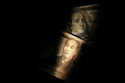 Un billete de 100 dólares y uno de 10.000 yenes