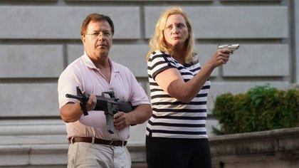 Patricia y Mark McCloskey, el matrimonio que se hizo famoso por amenazar con armas a los manifestantes que marchaban por el frente de su casa en St. Louis, protestando por los asesinatos de negros a manos de la policía, hablarán en la convención de Charlotte.