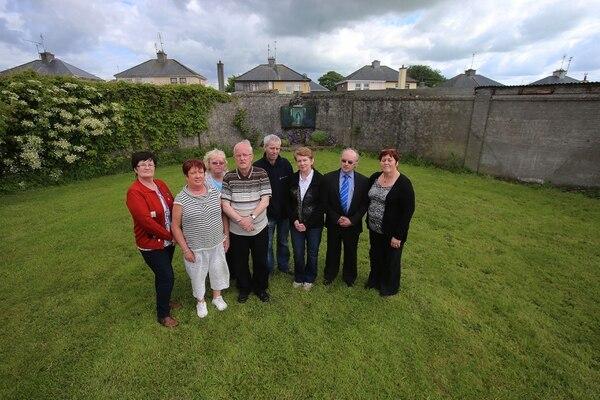 Catherine Corlesscon miembros del comité del Cementerio del Hogar de Tuam(Niall Carson/PA Images vía Getty Images)