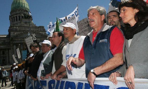 Eduardo Buzzi (chaleco oscuro) en tiempos de la rebelión agraria de 2008. Esta semana, además, fue nuevamente procesado por un acto de protesta en el marco de ese conflicto.