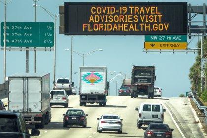 Un cartel en la carretera de Miami con una dirección web que contiene consejos para lidiar con la pandemia. Foto: EFE/EPA/CRISTOBAL HERRERA-ULASHKEVICH