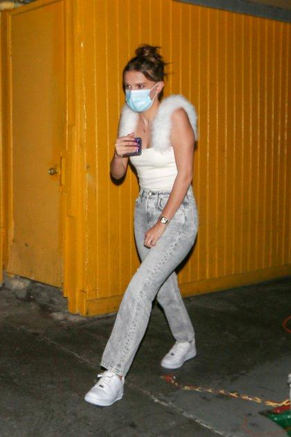 """Millie Bobby Brown se divirtió en una cena con amigos en un restaurante italiano en West Hollywood. La actriz de 16 años de """"Stranger Things"""" lució unos  jeans grises, zapatillas blancas y un top blanco. Además se protegió con un tapabocas (Foto: Mega / The Grosby Group)"""