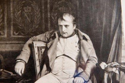 Napoleón Bonaparte, confinado en Santa Elena, un archipiélago a dos mil kilómetros de la costa de Africa.