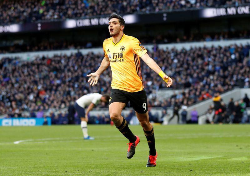Foto de archivo de Raúl Jiménez celebrando un gol con Wolverhampton Wanderers. Estadio Tottenham Hotspur, Londres, Inglaterra.  1 de marzo de 2020. REUTERS/Peter Nicholls