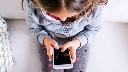 En los niños de tres a cuatro años, el tiempo dedicado a las pantallas no debe superar tampoco una hora, según la OMS (Getty)