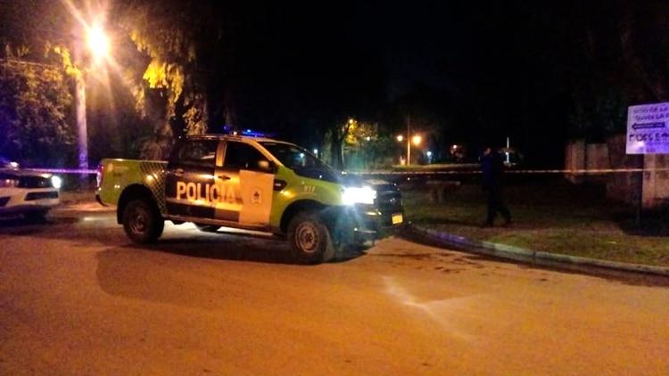 El cuerpo apareció dentro de una bolsa y semienterrado en un descampado de Moreno