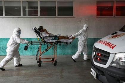 Personal de salud transporta a un paciente en una camilla en un hospital en Manaos (REUTERS/Bruno Kelly)