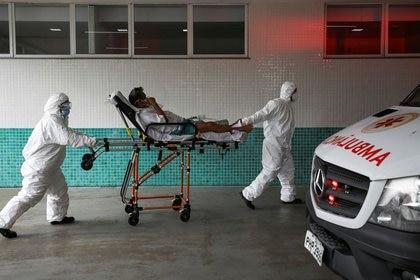 IMAGEN DE ARCHIVO. Personal de salud transpotan a un paciente en una camilla en un hospital en Manaos, en medio del brote de coronavirus, en Manaos, Brasil. Enero 14 2021 REUTERS/Bruno Kelly