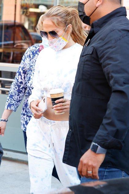 Jennifer Lopez acompañó a su madre a una cita con su doctor en Beverly Hills. La artista intentó pasar inadvertida para evitar ser abordada por la prensa local y que le pregunten por la crisis con Alex Rodríguez. Lució un conjunto de top y jogging, tapabocas, lentes de sol y llevó en sus manos su celular y un café
