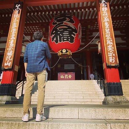 Alan en el templo Sensō ji donde va a rezar (@alan.sosa)
