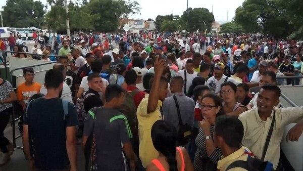 Miles de venezolanos cruzan a diario a Colombia para comprar alimentos y medicinas