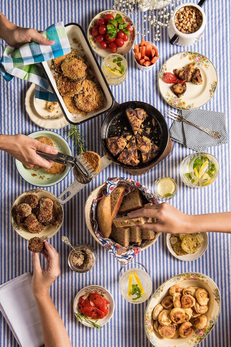 Es importante consultar a un profesional de la nutrición antes de iniciar un cambio de dieta (Shutterstock)