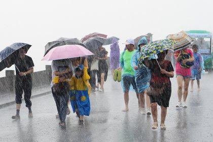 09/08/2019 Personas en China tras tocar tierra en tifón 'Lekima' en la costa sureste del país POLITICA INTERNACIONAL Lian Guoqing/SIPA Asia via ZUMA  / DPA
