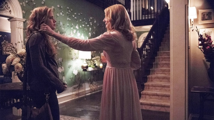 "Amy Adams y Patricia Clarkson es una escena de ""Sharp Objects"""