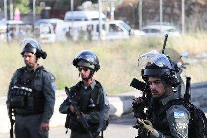 Las fuerzas de seguridad israelíes sostienen sus armas en el lugar de un incidente a la entrada del barrio de Sheikh Jarrah en Jerusalén oriental el 16 de mayo de 2021. (REUTERS/Ronen Zvulun)