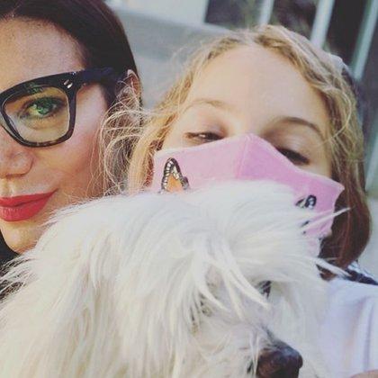 Isabella, luciendo el tapabocas que cosió su madre, Flor de la V (Instagram)