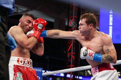 La última pelea de Saúl Álvarez fue contra el turco Yildirim, ahora enfrentará al británico Saunders (Foto: EFE/ Ed Mulholland)