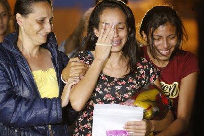 Karen Palacios, al centro, es acompañada por sus familiares después de salir de la prisión de Los Teques, a las afueras de Caracas, el martes 16 de julio de 2019 (AP Foto/ Ariana Cubillos)