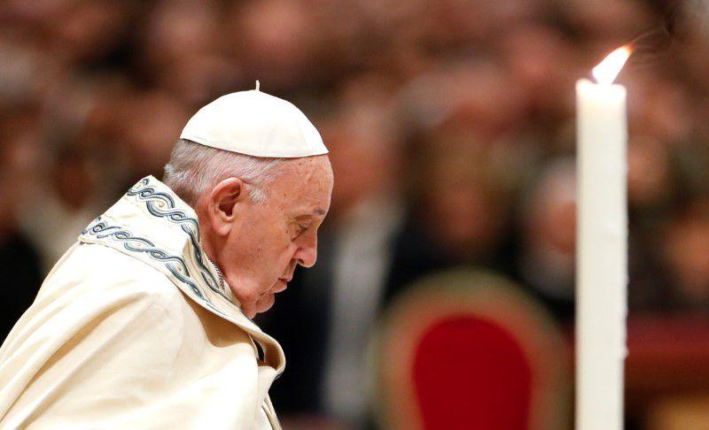 FOTO DE ARCHIVO: Papa Francisco orando en la basílica de San Pedro en el Vaticano, 31 de diciembre, 2019. REUTERS/Yara Nardi