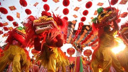 El Año Nuevo chino es la festividad tradicional más importante del año calendario chino, celebrada también en otros países del este de Asia. Los chinos le dedican semanas a los festejos, durante las cuales viajan a visitar familiares, comparten comidas para la buenas suerte y lanzan fuegos artificiales para atraer prosperidad