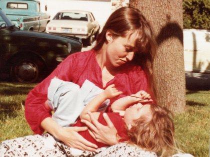 Lisa Brennan Jobs junto a su madre (Grove Press/lisanbrennanjobs.net)