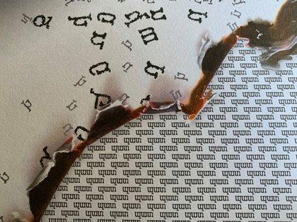 Letras del alfabeto armenio quemándose: una imagen interior del libro de Karen Karslyan