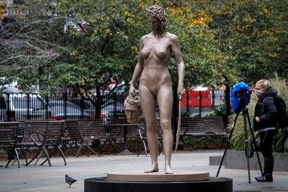 La estatua fue emplazada cerca de la Corte Suprema de Manhattan, donde Harvey Weinstein  fue sentenciado a 23 años de prisión por violación y otros delitos (REUTERS/Brendan McDermid)