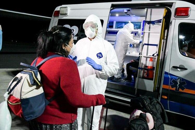 Un ciudadano salvadoreño es examinado en el Aeropuerto Internacional de San Salvador antes de pasar a cuarentena a su llegada de China debido a la situación mundial del coronavirus, en la República de El Salvador (Reuters)