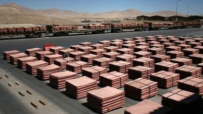 Foto de archivo. Cargamentos de cátodos de cobre dentro de la mina Escondida, cerca de Antofagasta, Chile. Marzo, 2008. REUTERS/Iván Alvarado