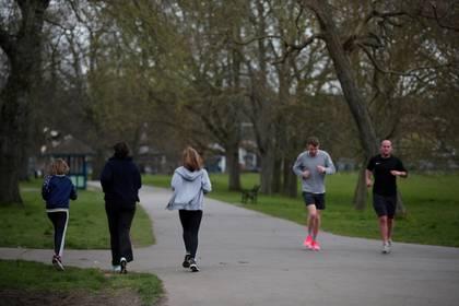 Personas trotando en Brockwell Park, en Londres. El gobierno permite salir a hacer ejercicio una vez al día siempre que se respete una distancia de dos metros con otras personas (REUTERS/Hannah McKay)