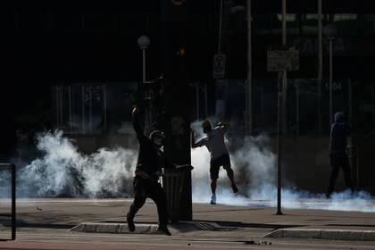 Algunos manifestantes se enfrentan a la policía de San Pablo (REUTERS/Rahel Patrasso)